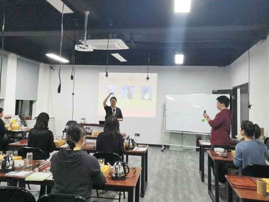 上海美容师培训学校详解:女性化妆应如何选择更加合适的眼影