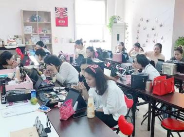 上海美容化妆培训学校介绍:轻熟女裸妆打造的技巧